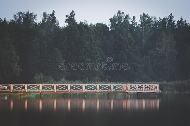 Paisaje tranquilo por el lago imagenes de archivo