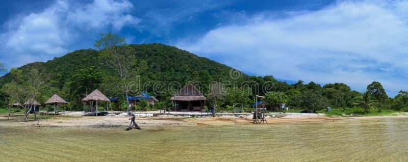 Paisaje tropical de la isla de Koh Rong Samloem con el centro turístico azul del delfín foto de archivo libre de regalías