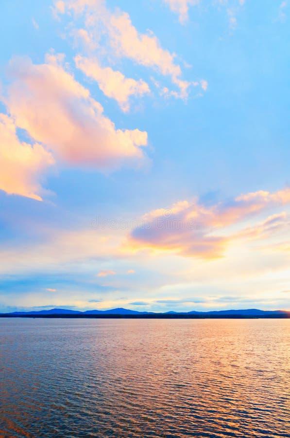 Paisaje tropical de la puesta del sol del mar Escena soleada del agua del verano en tonos pintorescos Escena de la naturaleza del imagen de archivo