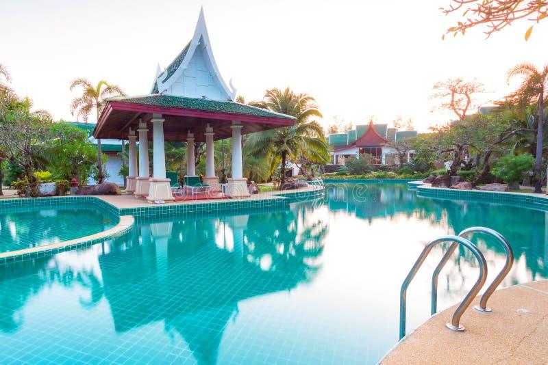 Paisaje Tropical Del Centro Turístico En La Salida Del Sol Imágenes de archivo libres de regalías