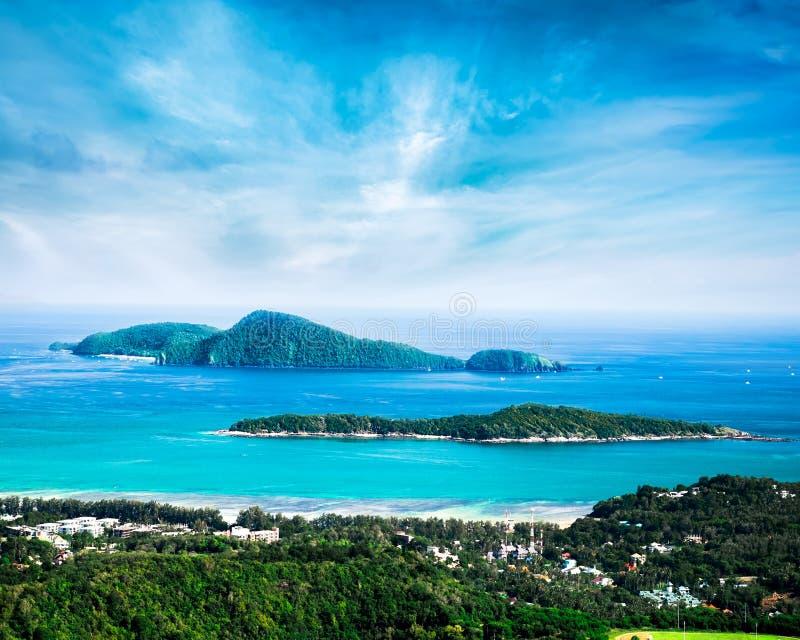 Paisaje tropical del océano con la isla de Koh Kaeo Phuket, Tailandia foto de archivo