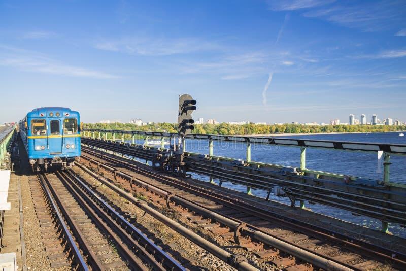 Paisaje urbanístico del carro del ferrocarril y del metro Ningunas personas Opinión de perspectiva foto de archivo libre de regalías