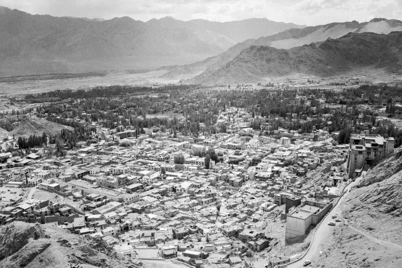 Paisaje urbano aéreo de la ciudad de Leh - palacio, casas, montañas imagenes de archivo