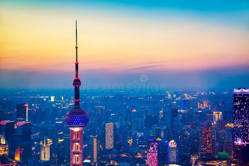 Paisaje urbano aéreo de Shangai en la puesta del sol Vista panorámica horizonte de Shangai, China del rascacielos en el crepúscul fotografía de archivo libre de regalías