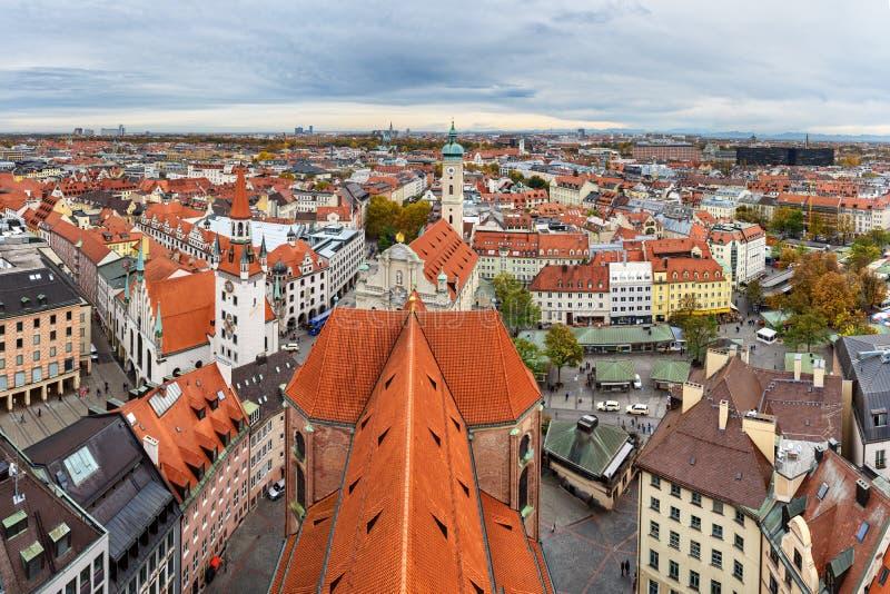 Paisaje urbano a?reo del centro hist?rico de Munich con viejo ayuntamiento y Heiliggeistkirche alemania fotos de archivo