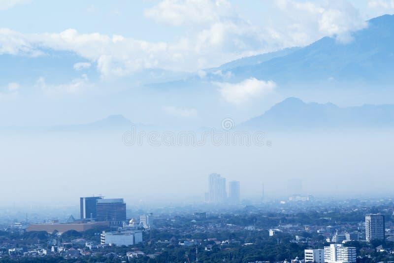 Paisaje urbano aéreo maravilloso en la ciudad brumosa de Bandung foto de archivo