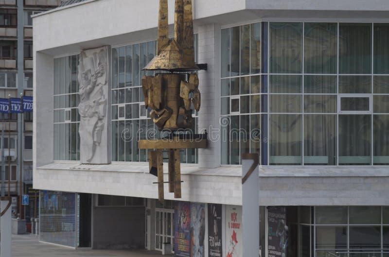Paisaje urbano Arquitectura soviética: el edificio del teatro del espectador joven imágenes de archivo libres de regalías