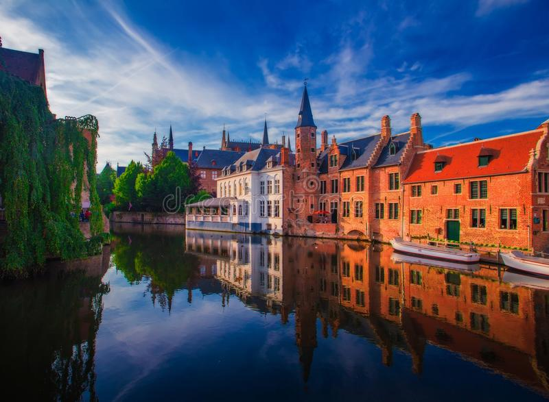 Paisaje urbano asombroso de Brujas el día de verano imagen de archivo libre de regalías