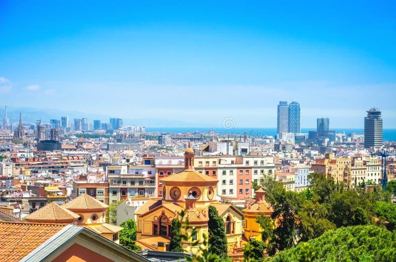 Paisaje urbano brillante de la ciudad de Barcelona con la ciudad, el centro de negocios y el mar viejos imagenes de archivo