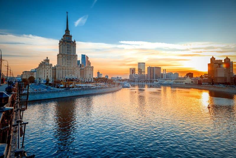 Paisaje urbano brillante hermoso, ciudad de Moscú y el río en la puesta del sol fotos de archivo