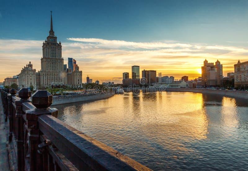Paisaje urbano brillante hermoso, ciudad de Moscú y el río en la puesta del sol imagen de archivo