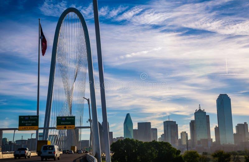 Paisaje urbano céntrico Margaret Hunt Hill Bridge del horizonte de la metrópoli de Dallas Texas fotografía de archivo libre de regalías
