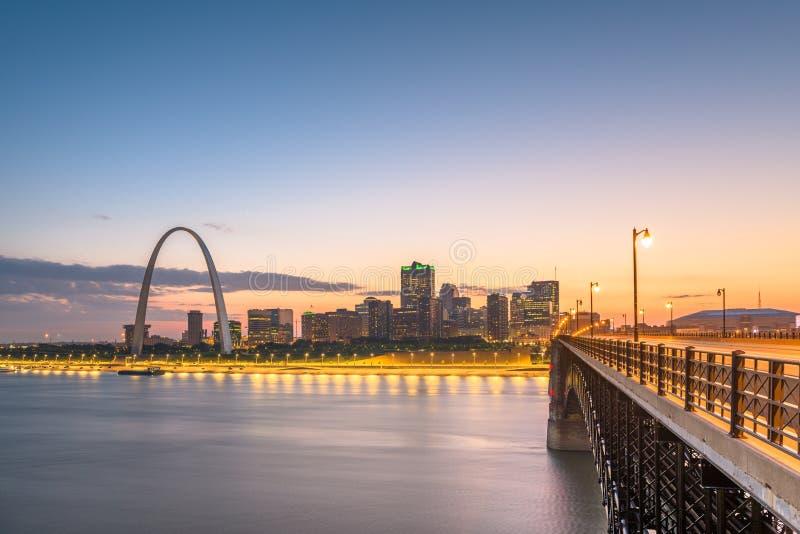 Paisaje urbano c?ntrico de St. Louis, Missouri, los E.E.U.U. en el r?o Misisipi imagenes de archivo