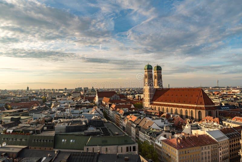 Paisaje urbano con el Frauenkirche en puesta del sol fotografía de archivo libre de regalías