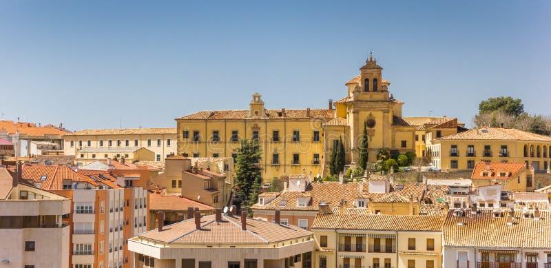 Paisaje urbano con el hospital histórico de Santiago en Cuenca imagen de archivo