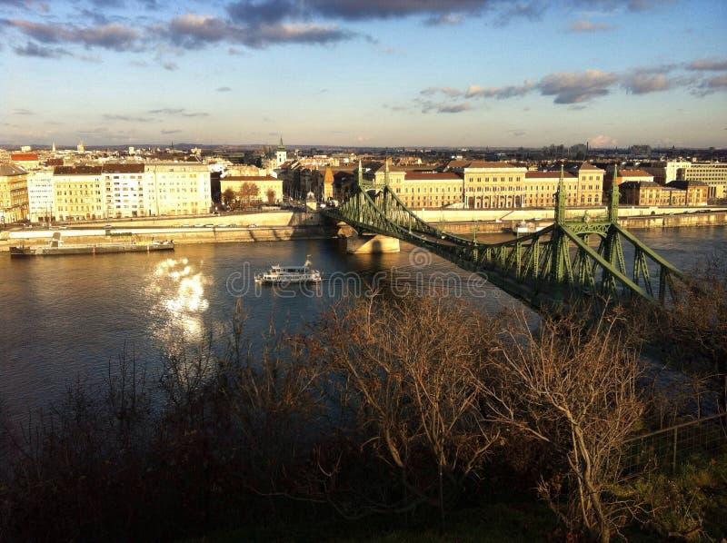Paisaje urbano con el puente sobre Danubio imagen de archivo libre de regalías