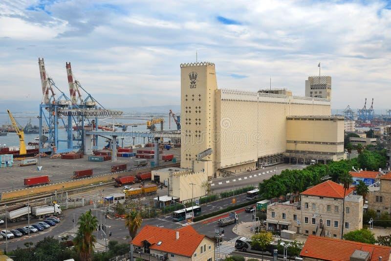 Paisaje urbano con el puerto comercial de Haifa, Israel imagen de archivo libre de regalías