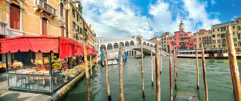 Paisaje urbano con Grand Canal y el puente de Rialto en el día soleado en Venecia Italia imágenes de archivo libres de regalías