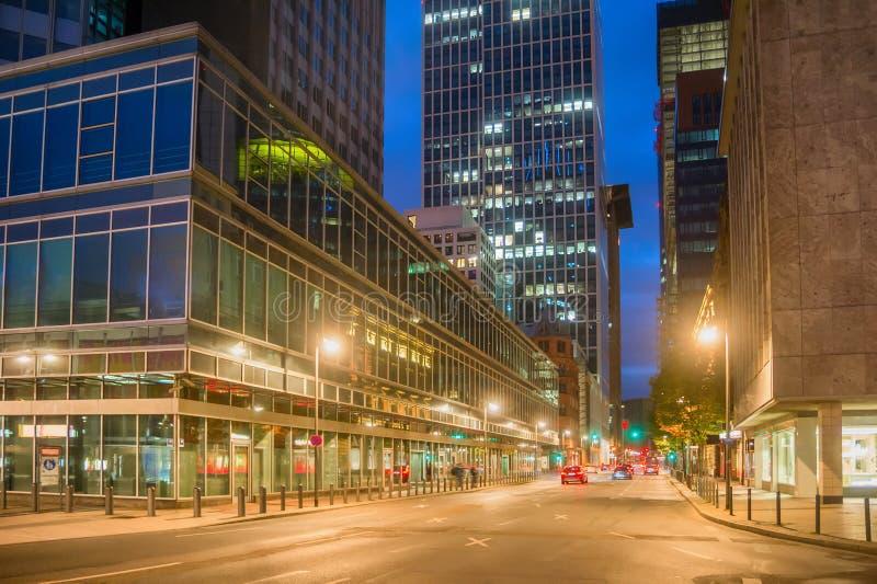 Paisaje urbano con la calle iluminada de Francfort fotos de archivo libres de regalías