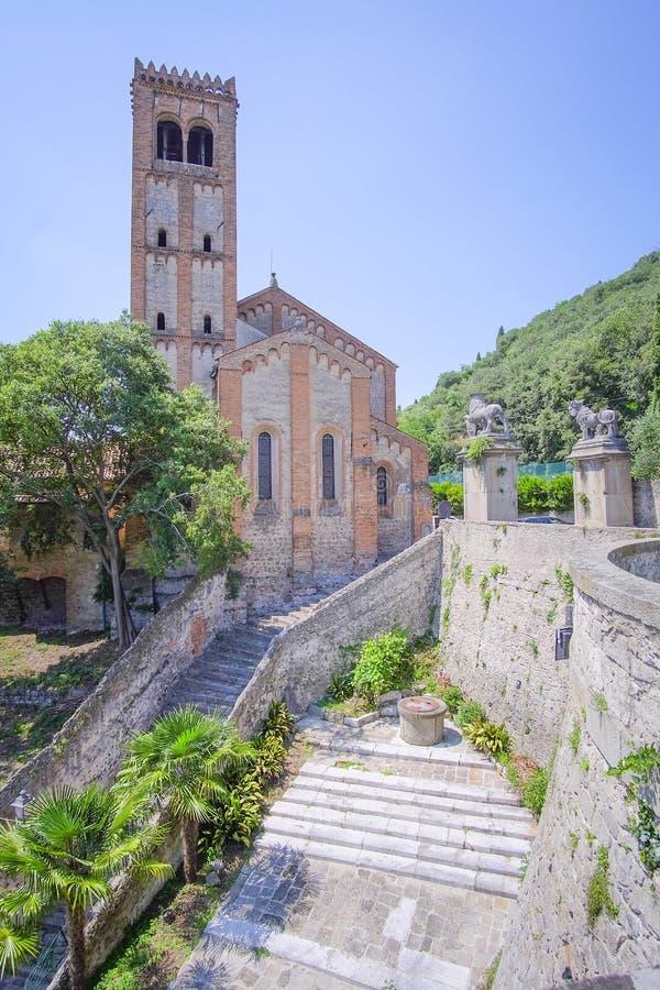 paisaje urbano con la catedral en una vieja parte de la ciudad en Monselice fotos de archivo libres de regalías
