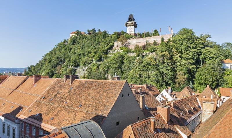 Paisaje urbano con la montaña de Schlossberg o de la colina del castillo en Graz, Austria imagen de archivo