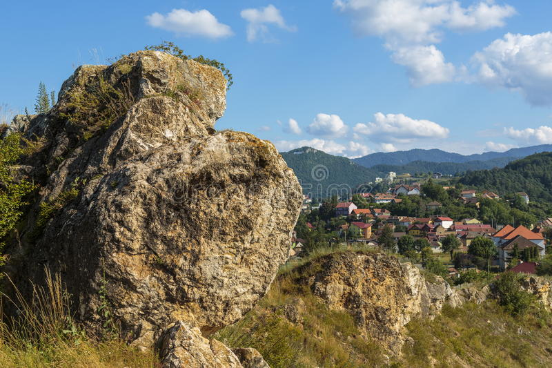 Paisaje urbano con la roca grande imagen de archivo libre de regalías