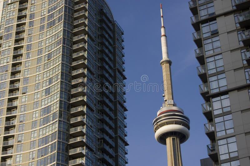 Paisaje urbano con la torre del NC y dos edificios modernos fotografía de archivo