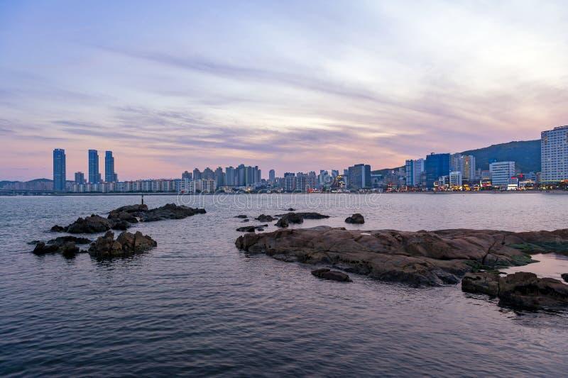 Paisaje urbano con las luces iluminadas en edificios durante puesta del sol en la playa de Gwangalli, destino turístico popular e fotos de archivo