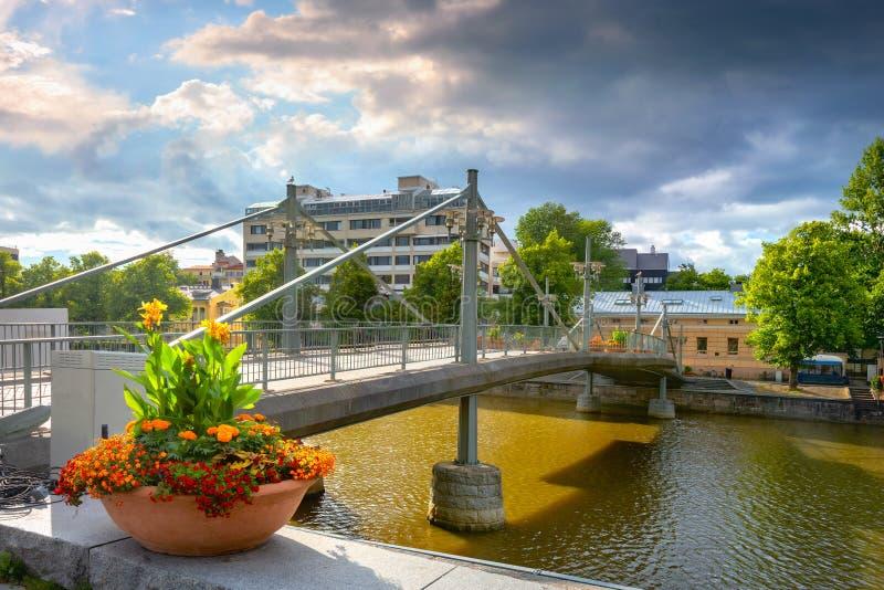 Paisaje urbano con puente de teatro en el río Aura en Turku. Finlandia foto de archivo libre de regalías