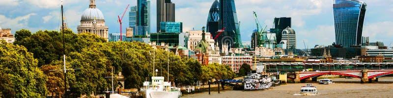 Paisaje urbano con St Paul Cathedral y edificios modernos de la ciudad de Londres, Reino Unido imagenes de archivo
