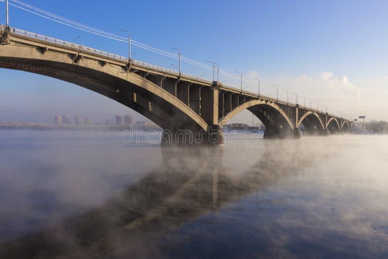 Paisaje urbano con un puente comunal en la ciudad de Krasnoyarsk fotografía de archivo