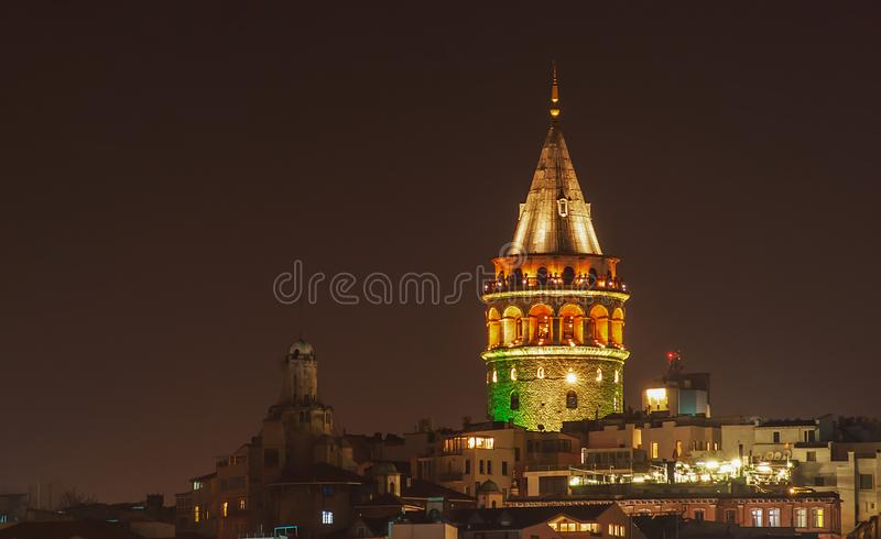 Paisaje urbano de Ä°stanbul de la torre de Galata de la vista nocturna en Turquía imagen de archivo