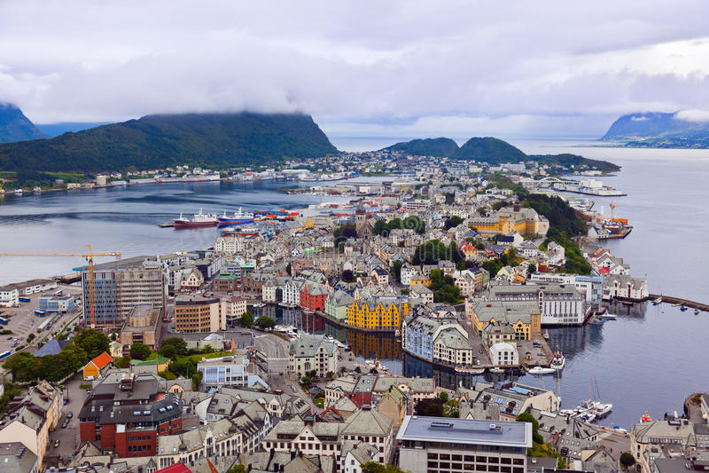 Paisaje urbano de Alesund Noruega fotografía de archivo