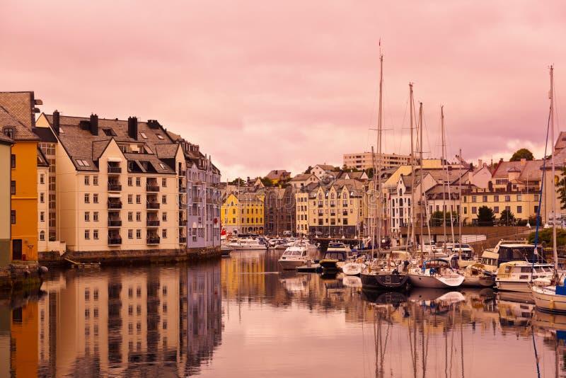 Paisaje urbano de Alesund Noruega en la puesta del sol imagenes de archivo
