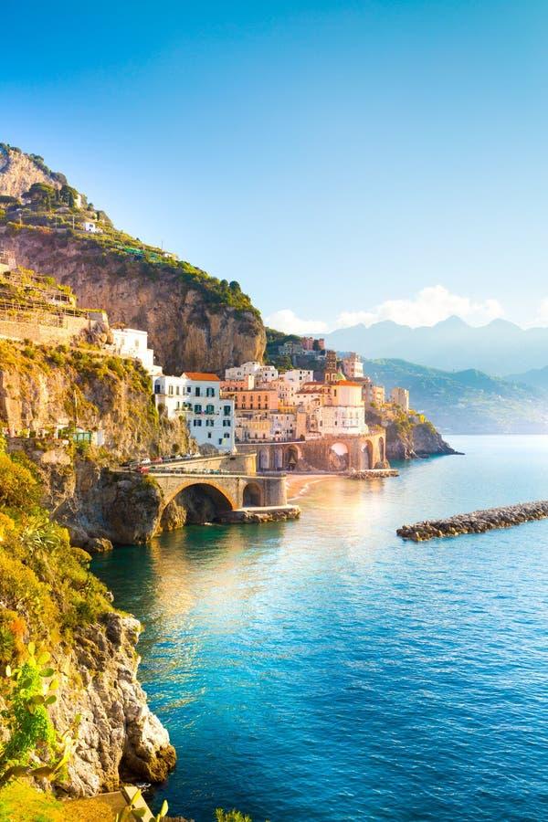Paisaje urbano de Amalfi en la línea de la costa de mar Mediterráneo, Italia foto de archivo libre de regalías