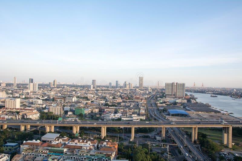 Paisaje urbano de Bangkok al lado del río durante el tiempo crepuscular imágenes de archivo libres de regalías