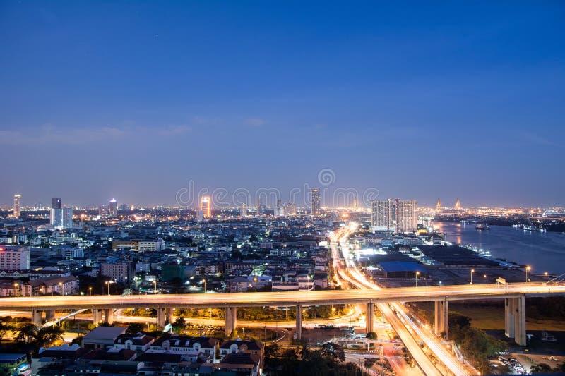 Paisaje urbano de Bangkok al lado del río durante el tiempo crepuscular foto de archivo