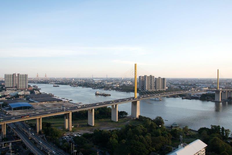 Paisaje urbano de Bangkok al lado del río durante el tiempo crepuscular fotos de archivo libres de regalías