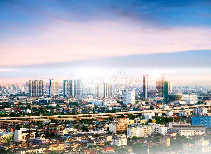 Paisaje urbano de Bangkok, alto edificio en la puesta del sol fotografía de archivo