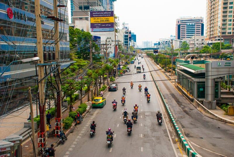 Paisaje urbano de Bangkok, distrito financiero El camino con las motocicletas tailandia fotos de archivo