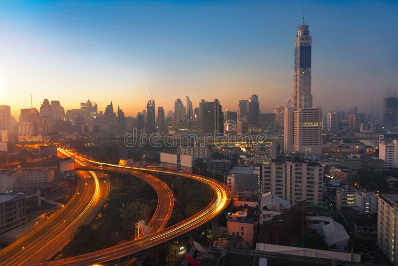 Paisaje urbano de Bangkok en la mañana con tráfico en la carretera con los coches imagenes de archivo