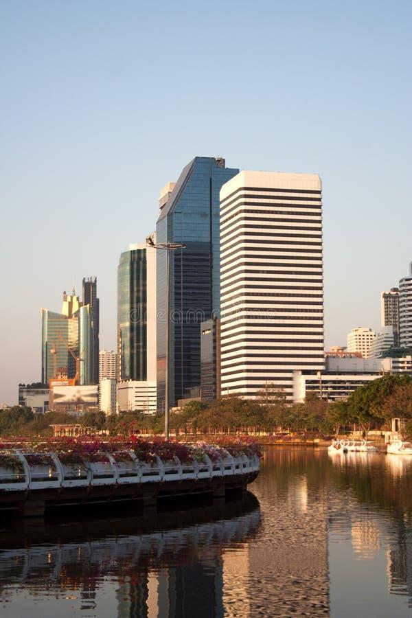 Paisaje urbano de Bangkok de la charca del parque de Benjakitti durante puesta del sol fotografía de archivo