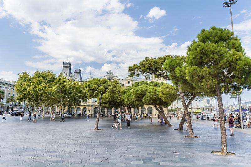 Paisaje urbano de Barcelona con los árboles verdes fotos de archivo