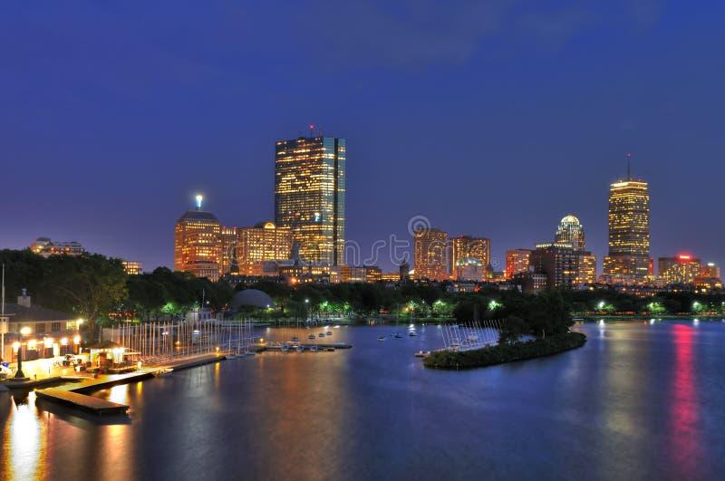Paisaje Urbano De Boston Y Río De Charles En La Oscuridad Foto de archivo libre de regalías