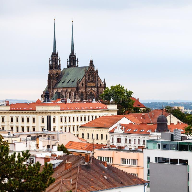 Paisaje urbano de Brno con la catedral de San Pedro y de Paul foto de archivo libre de regalías