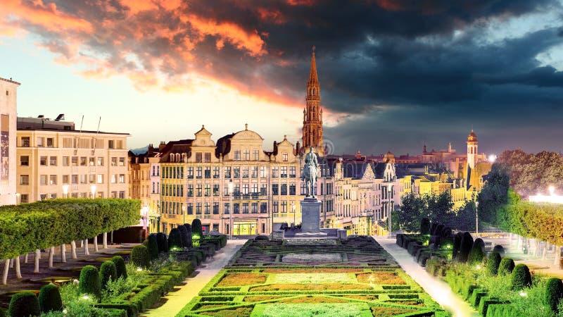 Paisaje urbano de Bruselas en la noche, horizonte del panorama de Bélgica imagen de archivo