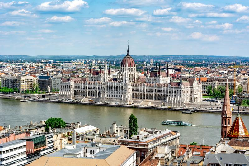 Paisaje urbano de Budapest con el edificio y el río Danubio húngaros, Hungría del parlamento imagenes de archivo