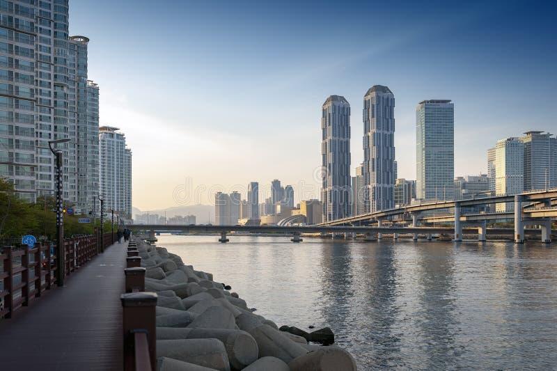 Paisaje urbano de Bus?n con los rascacielos en el ?rea en el distrito de Haeundae, el comenzar de la ciudad de Centum del puente  fotografía de archivo