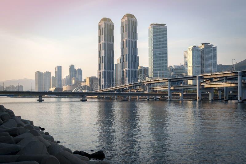 Paisaje urbano de Bus?n con los rascacielos en el ?rea en el distrito de Haeundae, el comenzar de la ciudad de Centum del puente  imagenes de archivo