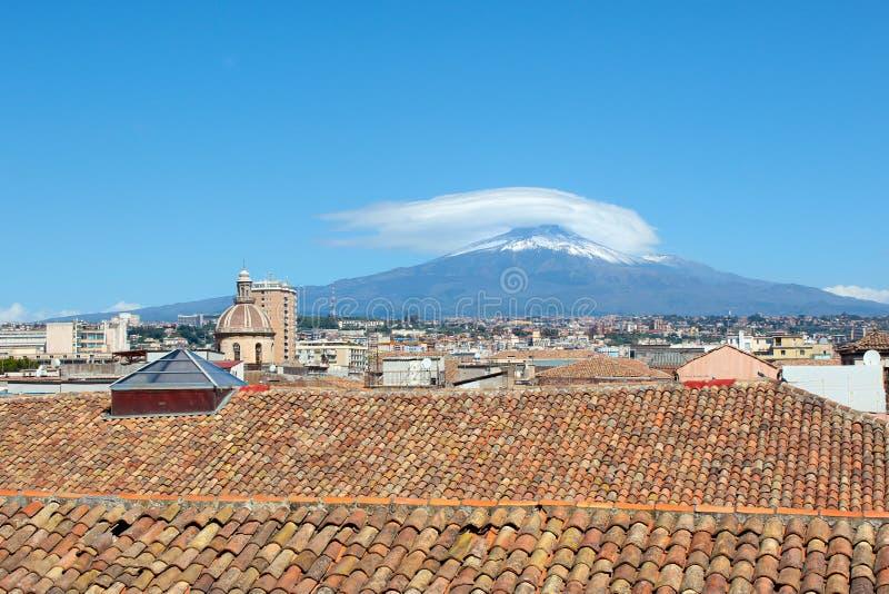 Paisaje urbano de Catania siciliana en Italia tomada del tejado de un edificio en centro histórico En el fondo hay famoso imagen de archivo libre de regalías